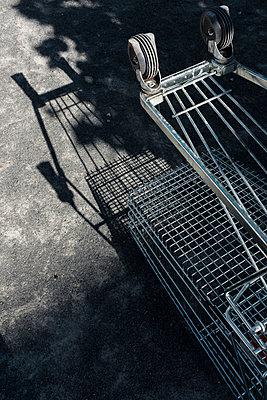 Umgestürzter Einkaufswagen - p1340m1588868 von Christoph Lodewick
