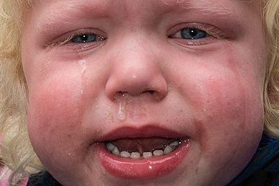 Little boy crying - p1418m2013873 by Jan Håkan Dahlström