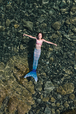 Woman disguised as a mermaid in the shallow water - p1437m2283305 by Achim Bunz