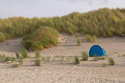 Blaues Zelt in den Dünen - p299m1589926 von Silke Heyer