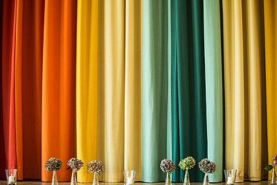 Bunter Vorhang - p858m1215608 von Lucja Romanowska