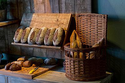Brot rustikal - p949m925712 von Frauke Schumann
