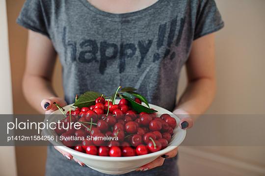 Teenager mit einem Teller süßer Kischen - p1412m1584256 von Svetlana Shemeleva