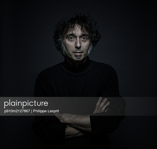 Portrait of man with large sideburns - p910m2127867 by Philippe Lesprit