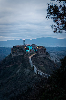 Das Dorf 'Civita di Bagnoregio' - p081m881383 von Alexander Keller
