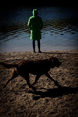Frauenfigur am See mit Retriever - p1212m1134670 von harry + lidy