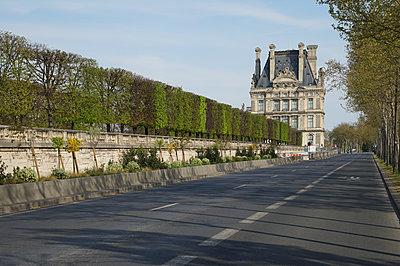 Deserted street of Paris during covid-19 - p1610m2181495 by myriam tirler