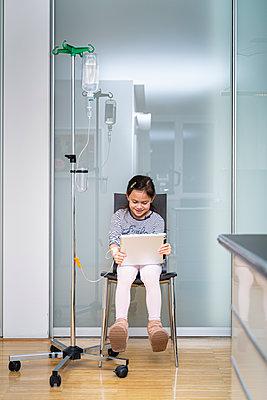 Kleines Mädchen bekommt eine Infusion - p1625m2258605 von Dr. med.