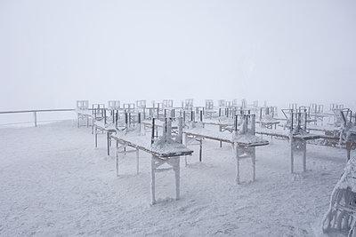 Biergarten im Winter - p354m1133804 von Andreas Süss