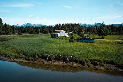Einsames Bauernhaus in Alaska, USA - p741m2168716 von Christof Mattes