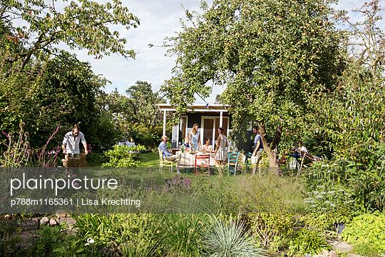 Freunde feiern eine Gartenparty - p788m1165361 von Lisa Krechting