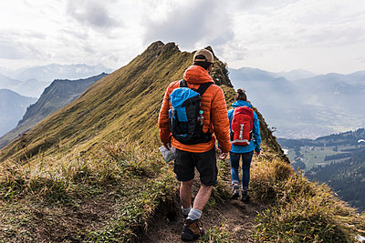 Germany, Bavaria, Oberstdorf, two hikers walking on mountain ridge - p300m1537710 by Uwe Umstätter
