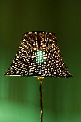 Lampe vor grüner Wand - p7980078 von Florian Loebermann
