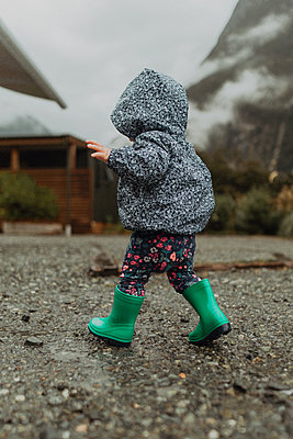 Baby exploring nature, Queenstown, Canterbury, New Zealand - p924m2098313 by Peter Amend
