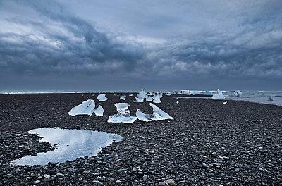 Eis in einer Landschaft auf Island - p979m909924 von Jain photography
