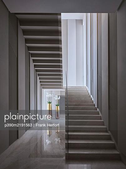 Treppenhaus aus Beton mit Blumenvasen  - p390m2191563 von Frank Herfort