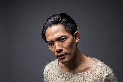 Asiatischer Mann im Pullover Porträt - p1284m1541343 von Ritzmann