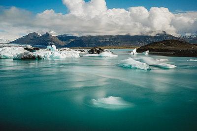 Iceland, Jökulsárlón Glacial lagoon - p1549m2158037 by Sam Green