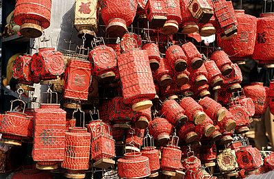 Viele verschiedene chinesische Lampions - p2370446 von Thordis Rüggeberg