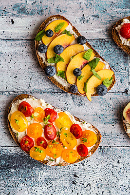 Various sandwiches, nectarine, blueberry, tomato - p300m1537441 by Sandra Roesch