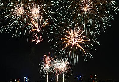 Feuerwerk vor Stadtsilhouette - p763m1057717 von co-o-peration