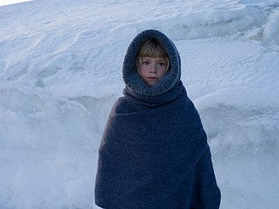 Little girl wears warm clothing - p945m1444662 by aurelia frey