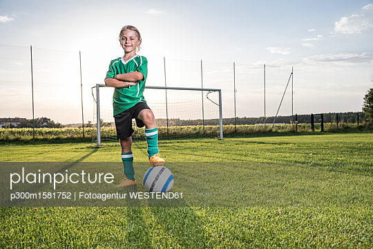 Portrait of confident young football player with ball on football ground - p300m1581752 von Fotoagentur WESTEND61