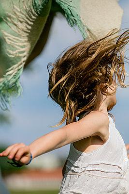 Mädchen spielt mit Wolldecke - p1212m1145942 von harry + lidy