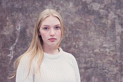 Portrait of a teenage girl - p1323m2185102 von Sarah Toure