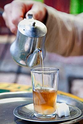 Tee servieren - p382m1194974 von Anna Matzen
