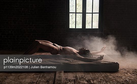 Mann liegt auf einer Matratze - p1139m2022108 von Julien Benhamou