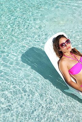 Sonnenbad im Pool - p045m900335 von Jasmin Sander