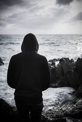 Rückansicht eines Teenagers an der Felsküste - p1057m2008602 von Stephen Shepherd