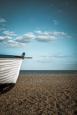 Fishing boat on a beach in Suffolk - p1228m1168892 by Benjamin Harte
