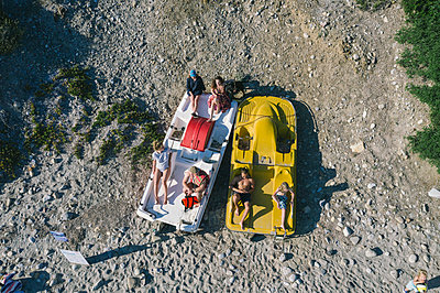 Sunbathing on motorboats on the beach, aerial view - p1437m2283298 by Achim Bunz
