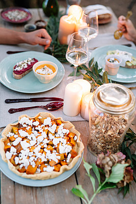 Close-up of couple having a romantic candelight meal outdoors - p300m2068440 von Alberto Bogo