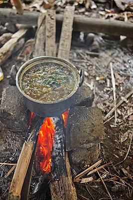 Suppe über Feuer im Topf - p390m958976 von Frank Herfort