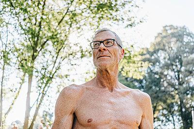 Reifer Mann mit nacktem Oberkörper, Porträt - p586m1171889 von Kniel Synnatzschke