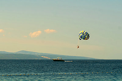 People parasailing over sea - p623m2151745 by Pablo Camacho
