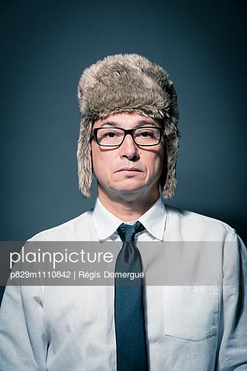 Portrait of man with fur cap - p829m1110842 by Régis Domergue
