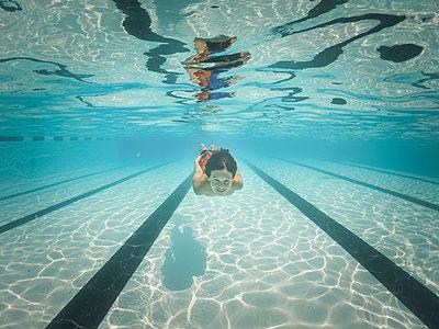Portrait of boy swimming in pool - p1166m2040331 by Cavan Images