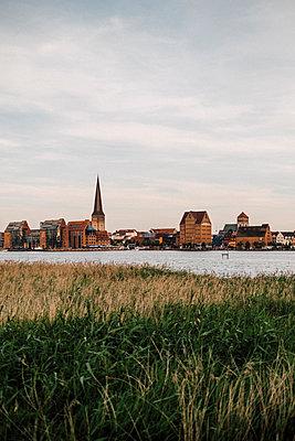 Skyline von Rostock am Meer im Sonnenuntergang - p1497m2132670 von Sascha Jacoby