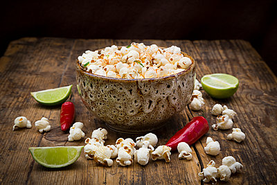 Bowl of popcorn flavoured with chili and lime - p300m2080866 by Larissa Veronesi