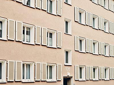 Hausfassade mit Fenstern - p318m2087160 von Christoph Eberle