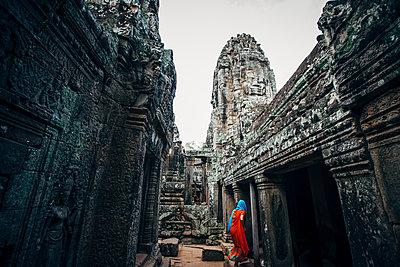 Woman exploring ruins at Angkor Wat, Siem Reap, Cambodia - p555m1311769 by Inti St Clair