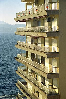 Hochaus Balkone am Meer - p9792671 von Otto
