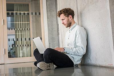 Student mit Laptop - p1284m1452155 von Ritzmann