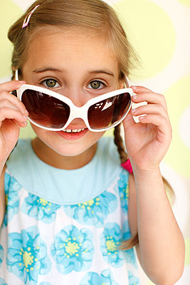 Little girl wearing sunglasses - p2490612 by Ute Mans