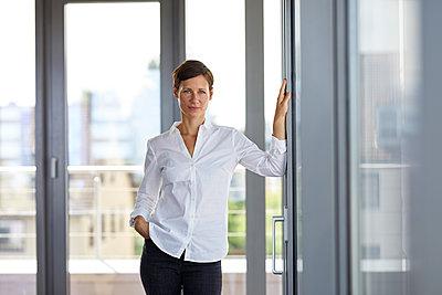 Portrait of confident businesswoman standing in office - p300m2012967 von Rainer Berg