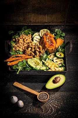 Various vegetables, lamb's lettuce, chia, pine nuts and garlic - p300m2081123 von Roman Märzinger